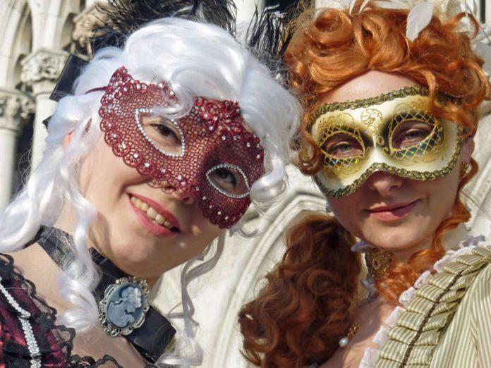 Travel-Happy-couple-San-Marco-Piazza-Italy-Venice